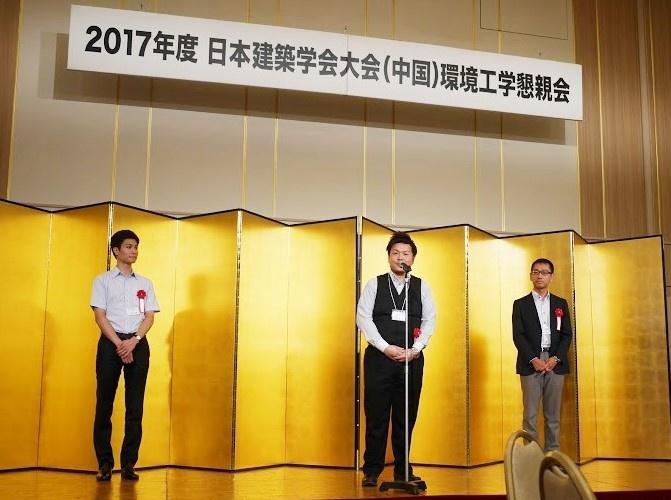 授賞式でスピーチをする辻村講師